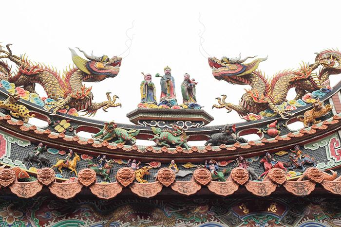 台湾のお寺の屋根はにぎやか