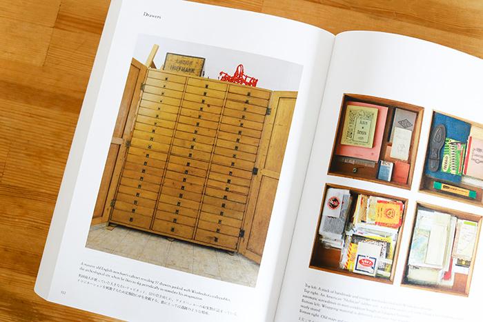 英国商人が使っていた大きな古いキャビネット。57の引き出しに、ワイズベッカーの収集物が詰まっている。イマジネーションを刺激するため定期的に中を発掘する、彼にとっては遺跡のような場所。(『フィリップ・ワイズベッカー作品集』 522ページより引用)