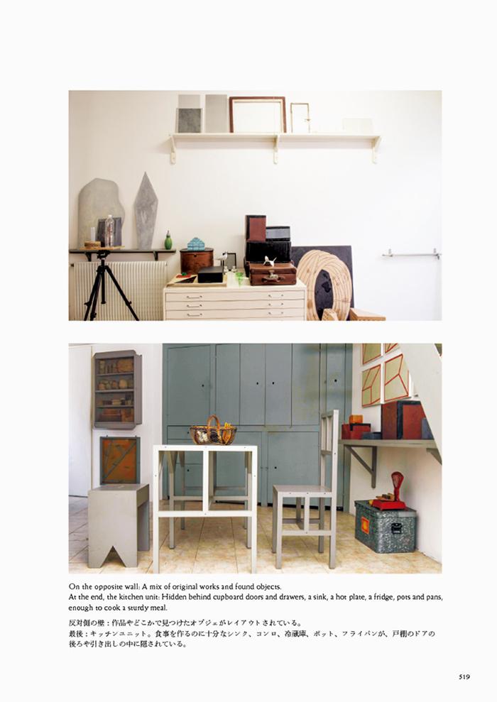 反対側の壁:作品やどこかで見つけたオブジェがレイアウトされている。最後:キッチンユニット。食事を作るのに十分なシンク、コンロ、冷蔵庫、ポット、フライパンが、戸棚のドアの後ろや引き出しの中に隠されている。(『フィリップ・ワイズベッカー作品集』 519ページより引用)