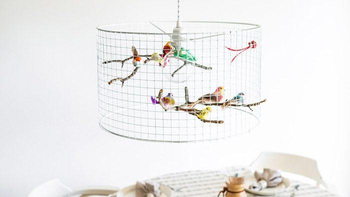 エストニアで暮らす夫婦が理想を求めて創り出した、カラフルな鳥の集まる美しいシャンデリア。
