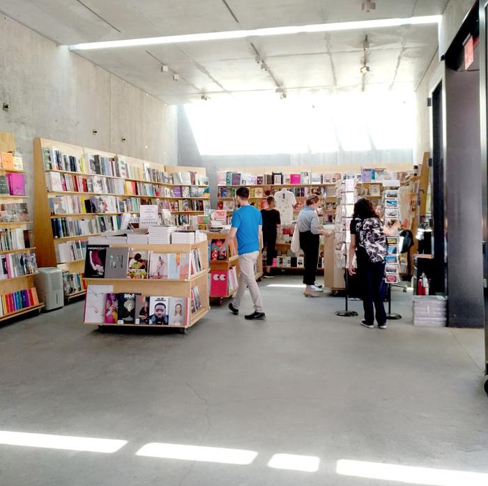 美術館の中に2つある本屋さん「ARTBOOK」