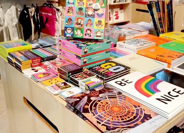 本だけでなく、CDやTシャツ、カードゲームなども販売しています。