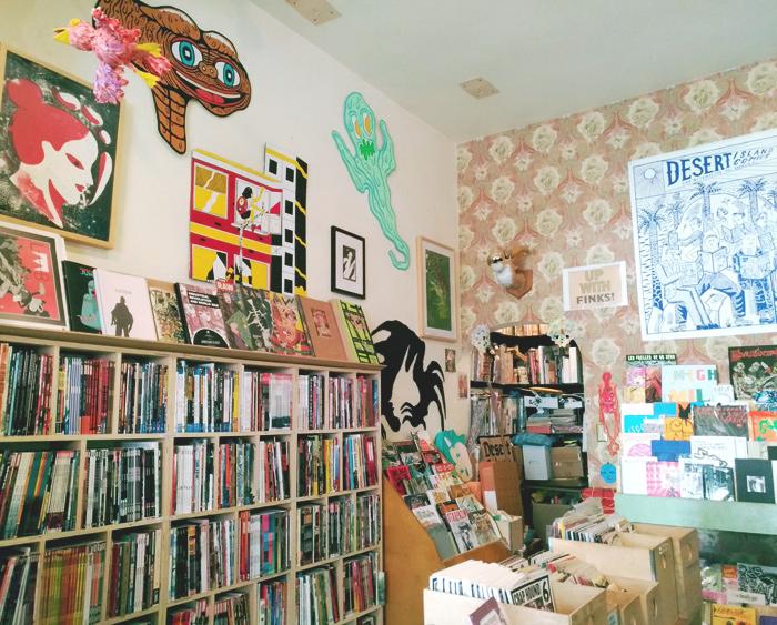 お店に入ってみてびっくり!所狭しと並んだたくさんの本棚と本の入ったBOXが並んでいました。