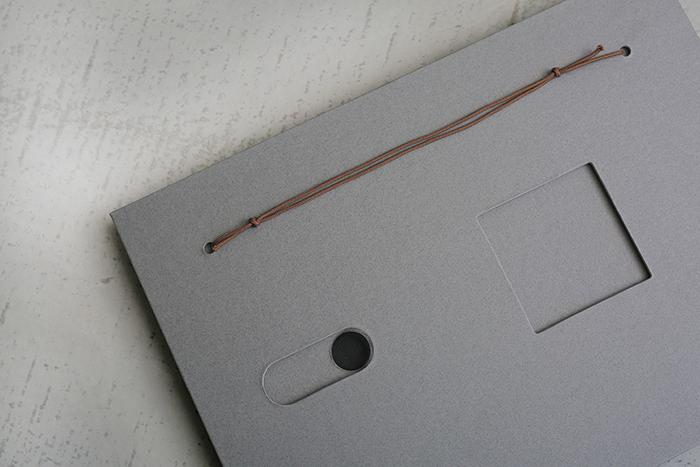 背面の穴に紐を通せば、市販の画鋲やフックで壁に掛けることができます。
