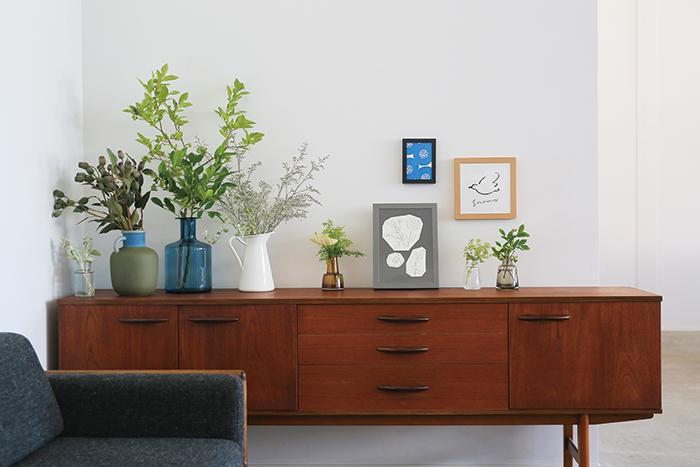 広い壁面には、空間を活かして大小サイズを組み合わせて飾ることができます。