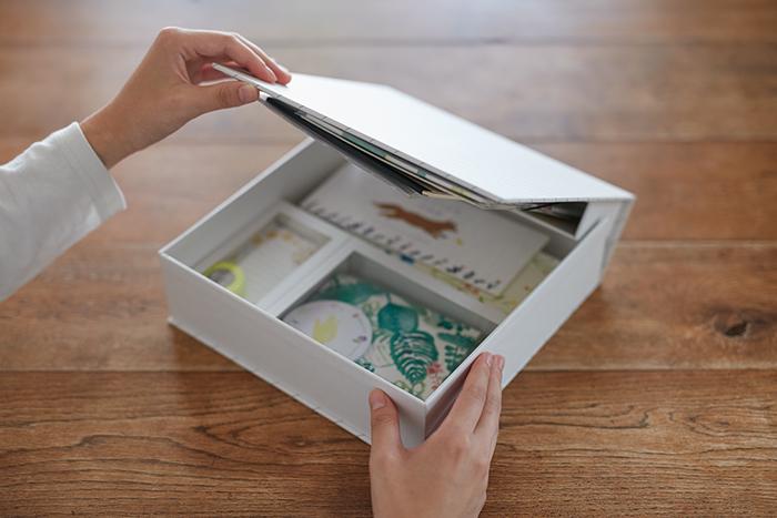 今回は、写真の紙文箱の中に入っている、撮影や展示用のダミーツールのレターセットや一筆箋、メモ帳などをデザインしました。