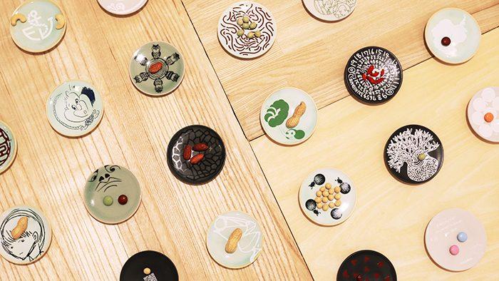 ずらりと並んだ豆皿が壮観!クリエイターと福島の窯元がつくる「大堀相馬焼167のちいさな豆皿」展レポート。