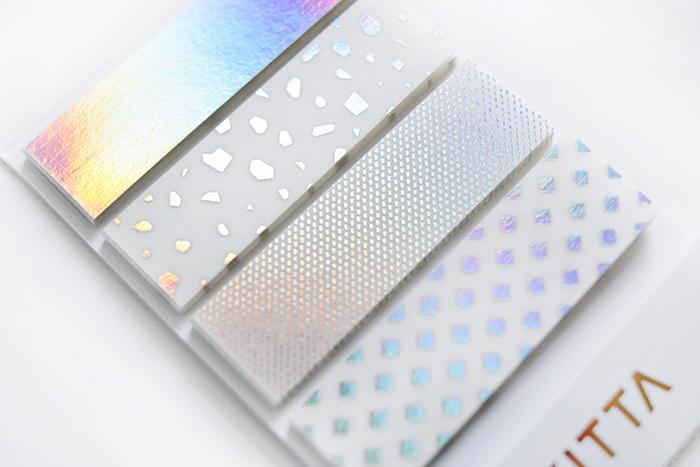 KITTAシリーズ初の「ホログラム箔」を使用した、特別なデザインです。見る角度によってキラキラと色の変化が楽しめます。