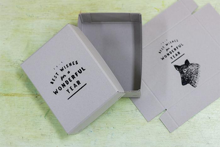 箱が展開した状態で販売しているので、プリントゴッコで刷ってから、ホチキスで固定し箱を組み立てました。