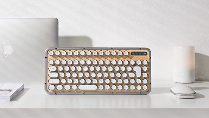 タイプライターのようなデザインに心惹かれる!素材やストレスフリーな使い心地にもこだわった「AZIO Retro Classic Keyboard」