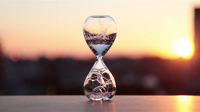 「砂」ではなく「泡」で時を刻む時計「Awaglass」