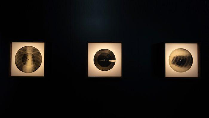 """レントゲン写真に刻まれた""""禁じられた音楽""""を体感する『BONE MUSIC展』レポート"""