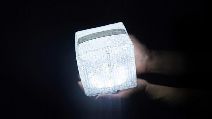 シンプルさと機能性を持ち合わせた、持ち運び可能なソーラーLEDライト「CARRY THE SUN」