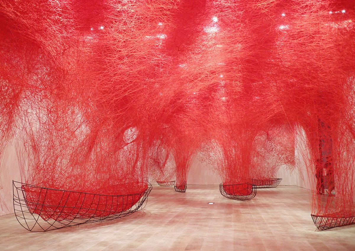 大規模なインスタレーションに圧倒される!過去最大規模の個展「塩田千春展:魂がふるえる」レポート