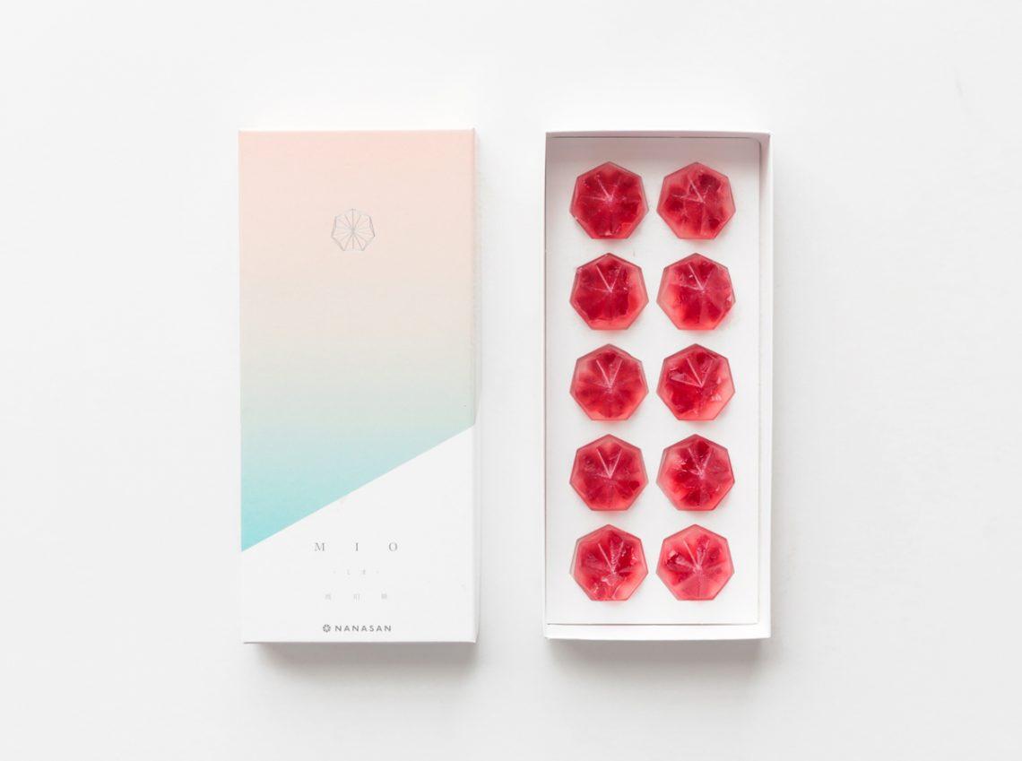 まるで宝石みたい!滋賀県安曇川で採れる幻の果実・ボイセンベリーを使った琥珀糖「MIO」