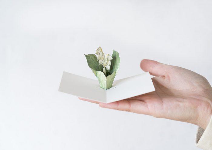 カードを開くと、動きながら開いていく立体のお花がかわいい!作る時間が楽しい「ポップアップカード」の世界