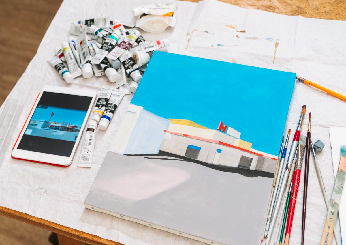 Googleストリートビューで世界中を旅し、風景を切り取って絵を描いている
