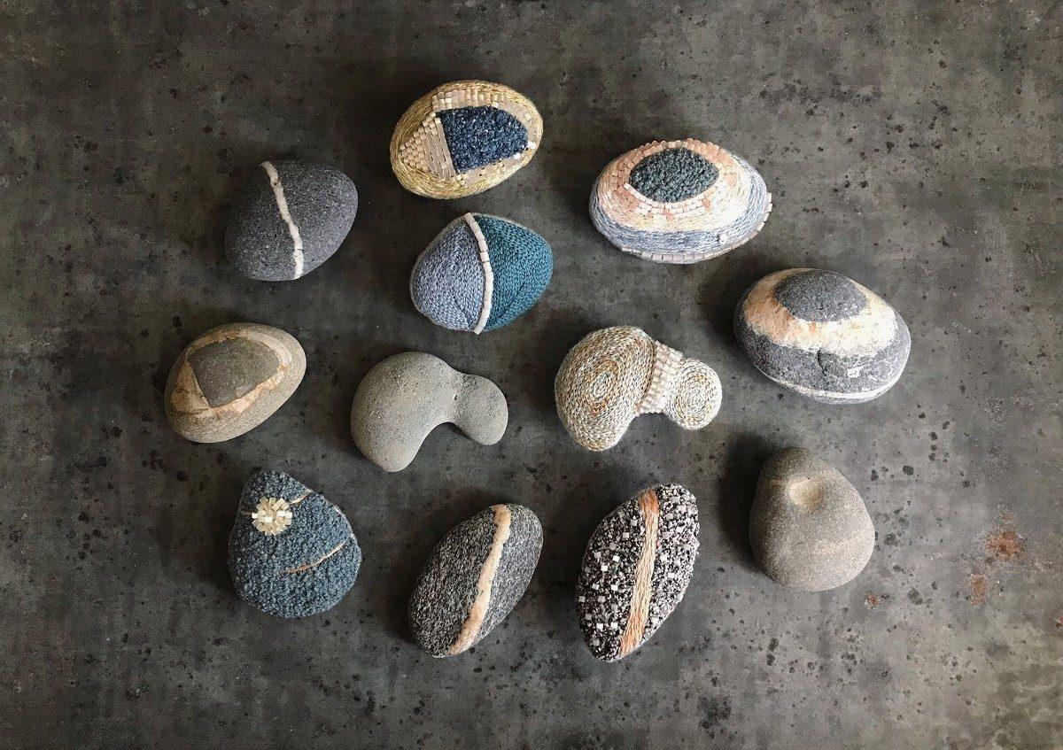 海岸で採集した石がモチーフ。刺繍作家ヒグチエリさんの「石文ブローチ」