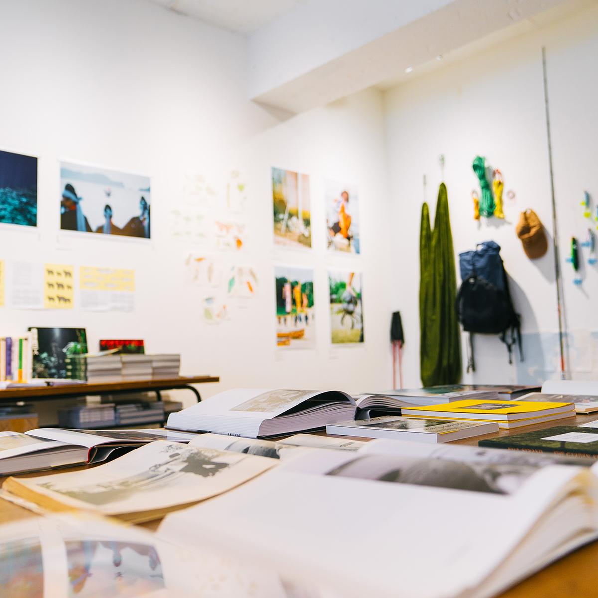 book obscuraでは、写真集を開いてめくってもらえる空間づくりを大切にしている