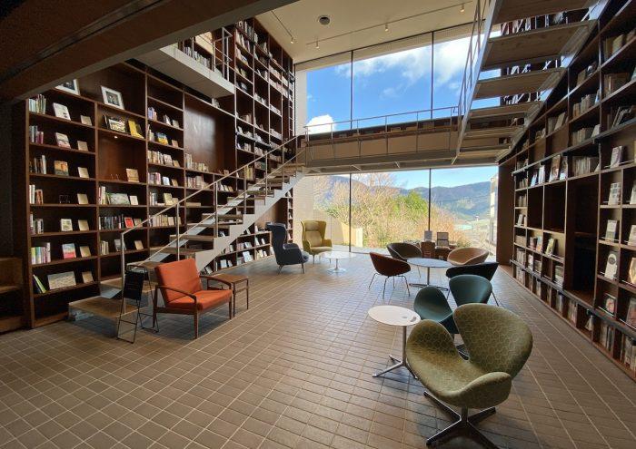 12,000冊の本に囲まれるブックホテル「箱根本箱」へ行ってきました。