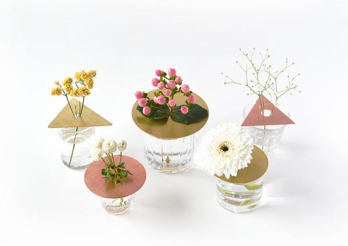 空き瓶やグラスで新しい一輪挿し。アイデア光る金属板の花器「フラワースカーフ」