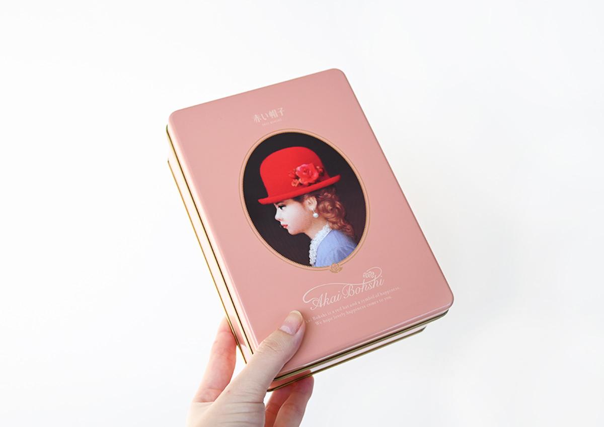 レトロな缶がかわいい!アソートクッキー「赤い帽子 」のパッケージがリニューアル|haconiwa|「世の中のクリエイティブを見つける、届ける」WEBマガジン