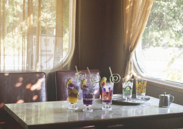 レトロな食器でおうち喫茶を楽しんで。大人気レトロ食器に待望の新作「アデリアレトロ 脚付きグラス」が登場!