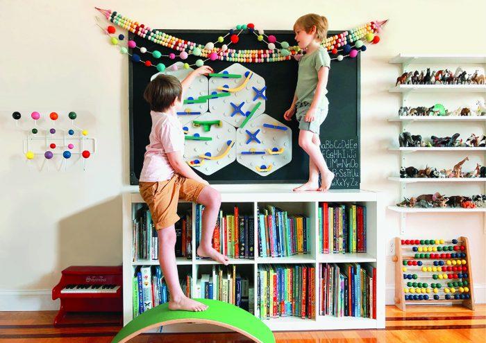 ポップなデザインもかわいい!壁で遊べる知育おもちゃ「VertiPlay STEM マーブルラン」