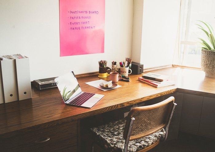 切ったり貼ったり、使い方は自由自在。豊富な色と質感から選べる紙のホワイトボード「 PAPIER BOARD(パピエボード)」