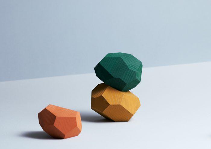 ひとつひとつ形や木目が異なるデザインに注目。奈良県・吉野の木でつくられる石のような形の積み木「tumi-isi」