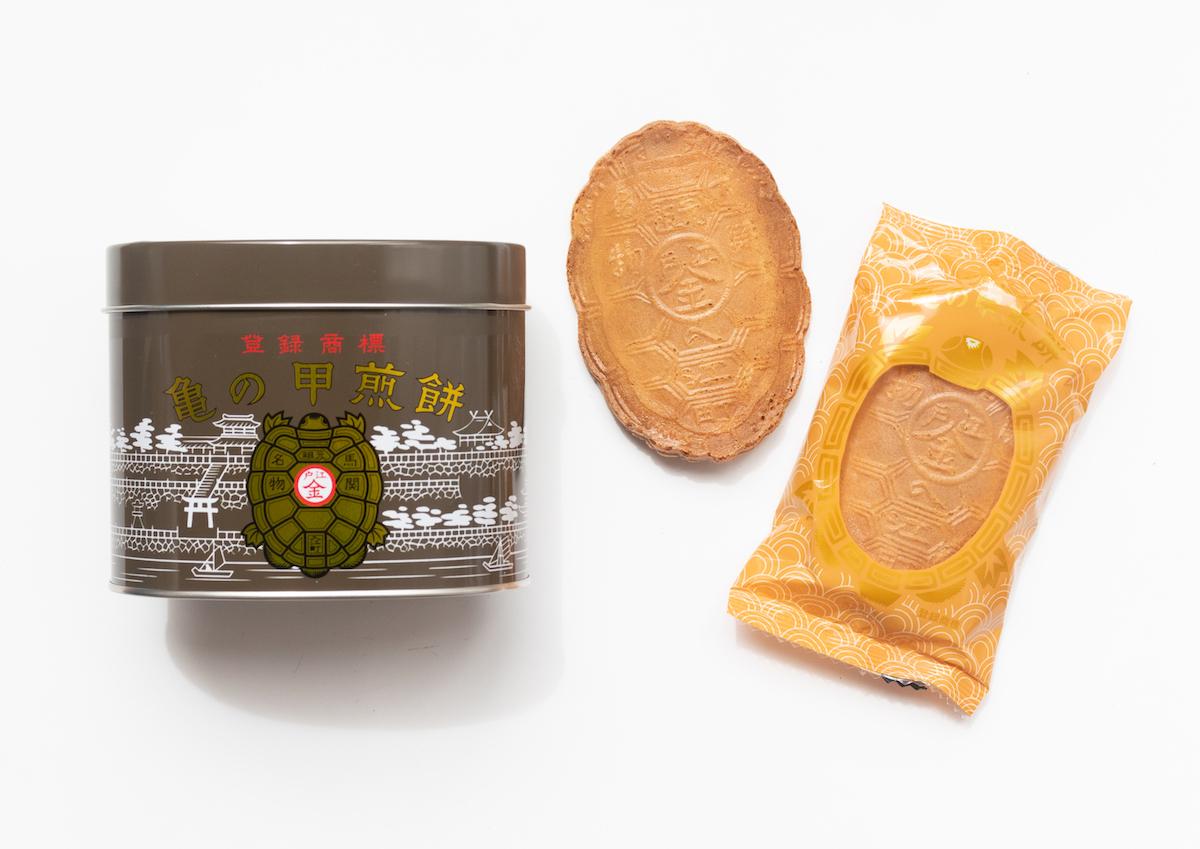 金色が映えるレトロな缶と、亀の甲型のせんべいに注目!山口県下関・江戸金の「亀の甲せんべい」