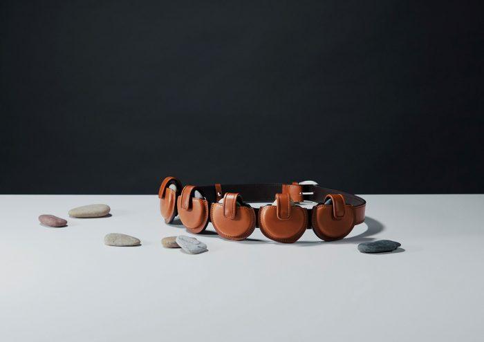 職人が本気の遊び心で作る「運ぶを楽しむシリーズ」最新作。土屋鞄の「水切り石専用バッグ」