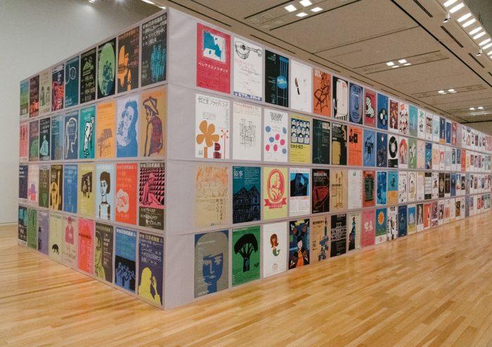 和田誠の83年の生涯で制作した多彩な作品に迫る。東京オペラシティ アートギャラリーで開催中の「和田誠展」をレポート。